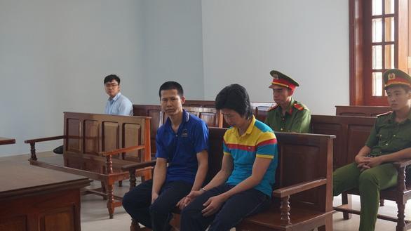Hai bị cáo Hồ Văn Đil (áo thun xanh – vàng) và Hồ Tuấn Hùng tại tòa sáng 24/5. Ảnh: Tuổi Trẻ Online.
