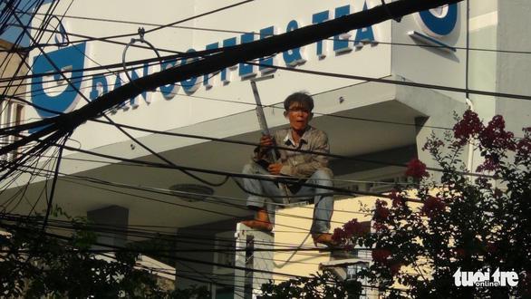 Đối tượng Mạnh cầm dao và hung khí cố thủ hàng giờ liền trên nóc nhà. Ảnh: TTO.