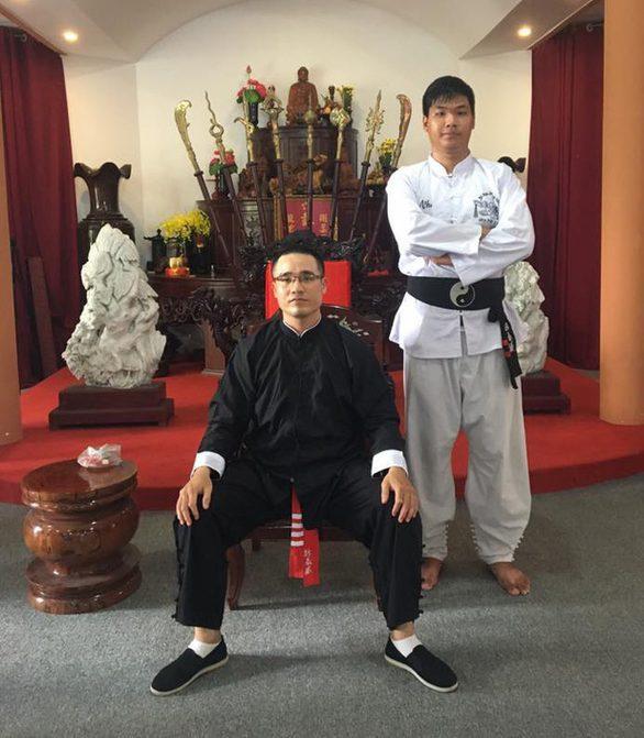 Cựu Tổng đàn chủ Nam Anh Kiệt (ngồi) không hối hận sau khi bị cách chức.