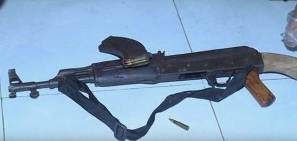 Khẩu súng nghi phạm Tùng dùng để bắn người tình rồi tự sát. (Ảnh: Tuổi Trẻ).