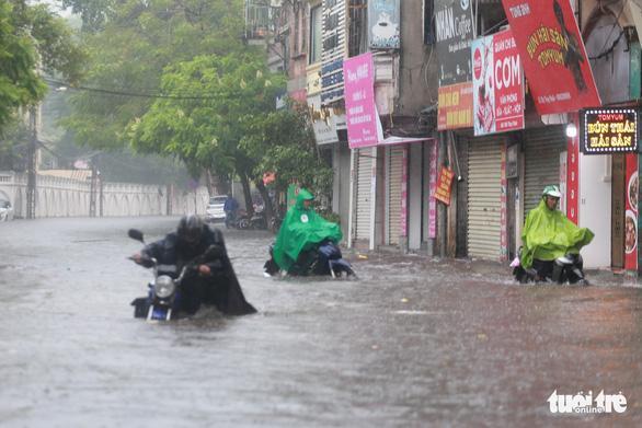 Giao thông trên phố Lý Thường Kiệt đoạn ngã tư với phố Phan Bội Châu tạm thời tê liệt bởi điểm ngập quá sâu… Ảnh: TTO.