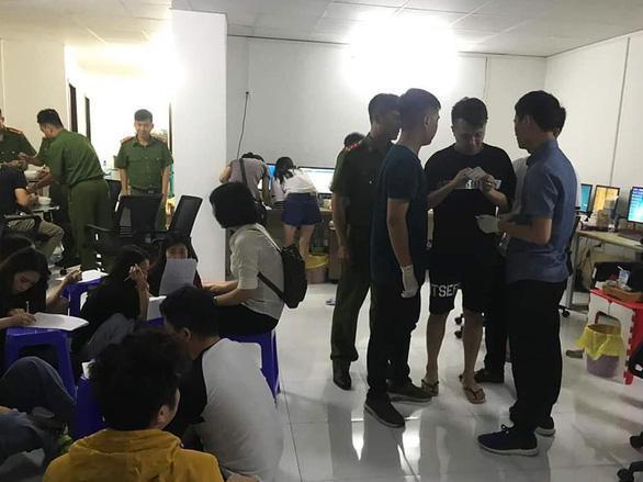 Vào thời điểm ập vào kiểm tra, cảnh sát bắt giữ ổ nhóm đối tượng gồm hơn 380 người Trung Quốc đã tham gia tổ chức điều hành các website tổ chức cho công dân Trung Quốc đánh bạc trực tuyến với các hình thức như cá cược thể thao, dự đoán kết quả xổ số, đánh số lô đề… Ảnh: TTO