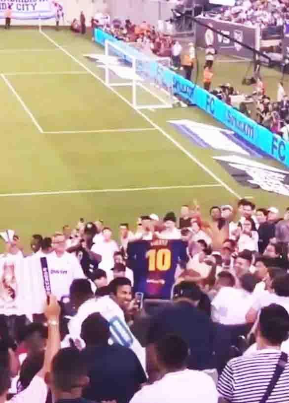 Fan cuồng Messi giơ áo thách thức các CĐV Real Madrid trên khán đài.