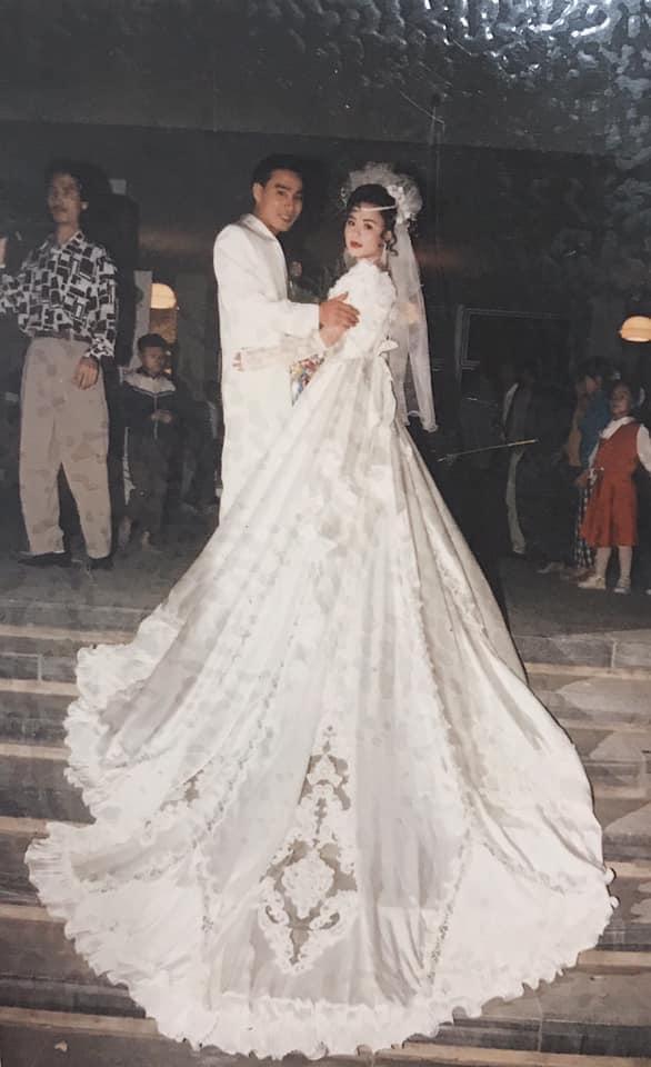 Thời xưa đám cưới mà váy cưới đã vô cùng hoành tráng rồi nè. (Ảnh: H.M.B)