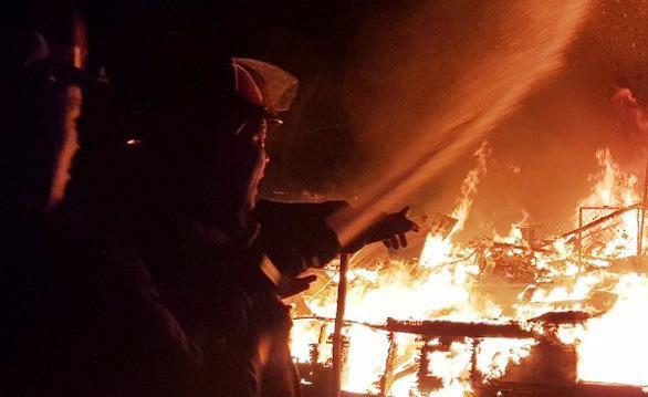 Cảnh sát PCCC dập lửa tại hiện trường. Ảnh: Tuổi Trẻ