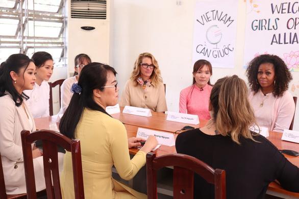 Bà Michelle Obama, nữ diễn viên Julia Roberts, diễn viên nữ gốc Việt Lana Condor và diễn viên Ngô Thanh Vân trò chuyện với các cựu nữ sinh trong buổi trò chuyện sáng nay tại trường THPT Cần Giuộc. Ảnh: Tuổi Trẻ