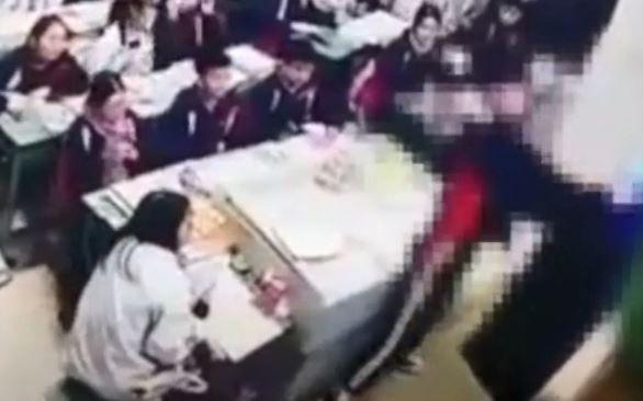 Giáo viên đánh, bóp cổ học sinh ngay trong lớp gây sốc cộng đồng mạng ảnh 1