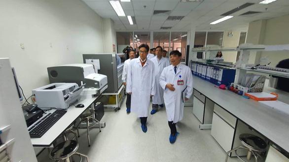 Phó Thủ tướng Vũ Đức Đam và đại diện Bộ Y tế, lãnh đạo Bệnh viện Bệnh nhiệt đới Trung ương kiểm tra tại Bệnh viện. Ảnh: BYT