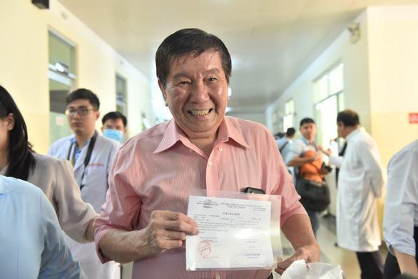 Ông Kiên vui mừng khi được điều trị khỏi COVID-19. Ảnh: báo Tuổi Trẻ