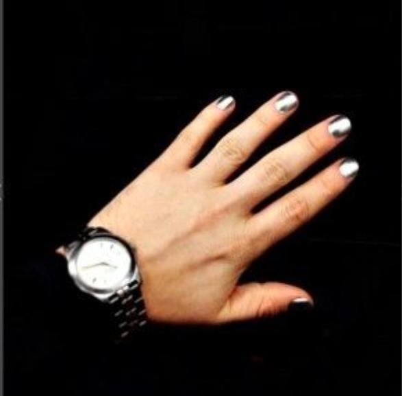Nails tráng gương thời thượng luôn này!