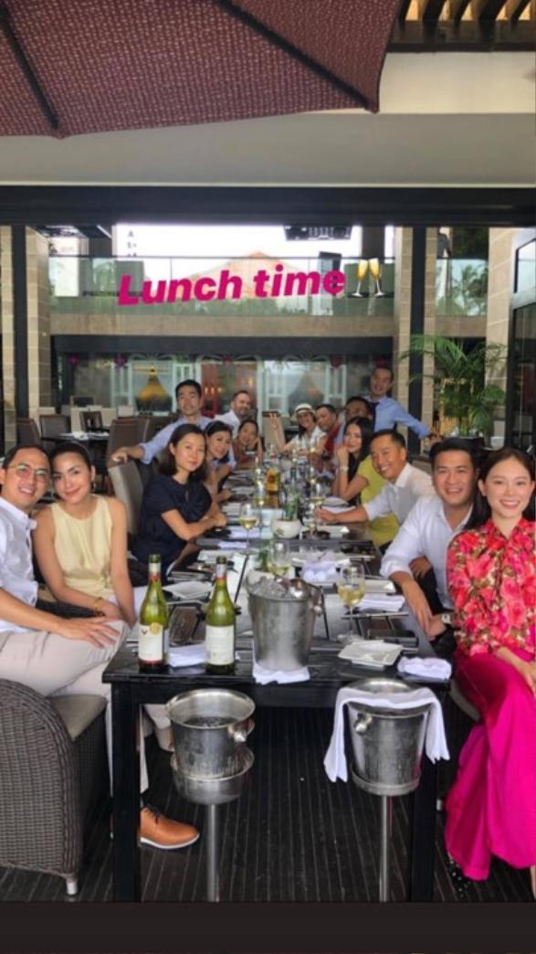 Phillip Nguyễn và Linh Rin ngồi cạnh nhau, bên cạnh còn có sự xuất hiện của các thành viên nhà Phillip Nguyễn.