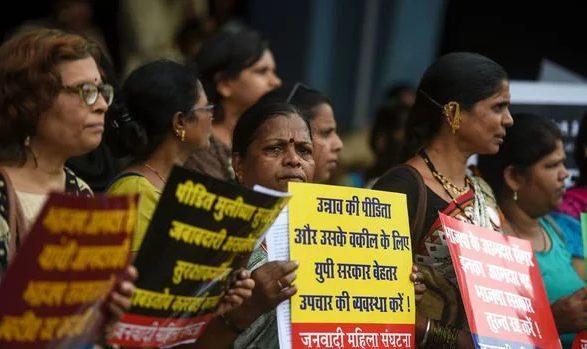 Họ cầm biểu ngữ và đổ ra đường để yêu cầu chính phủ đưa ra giải pháp thỏa đáng.