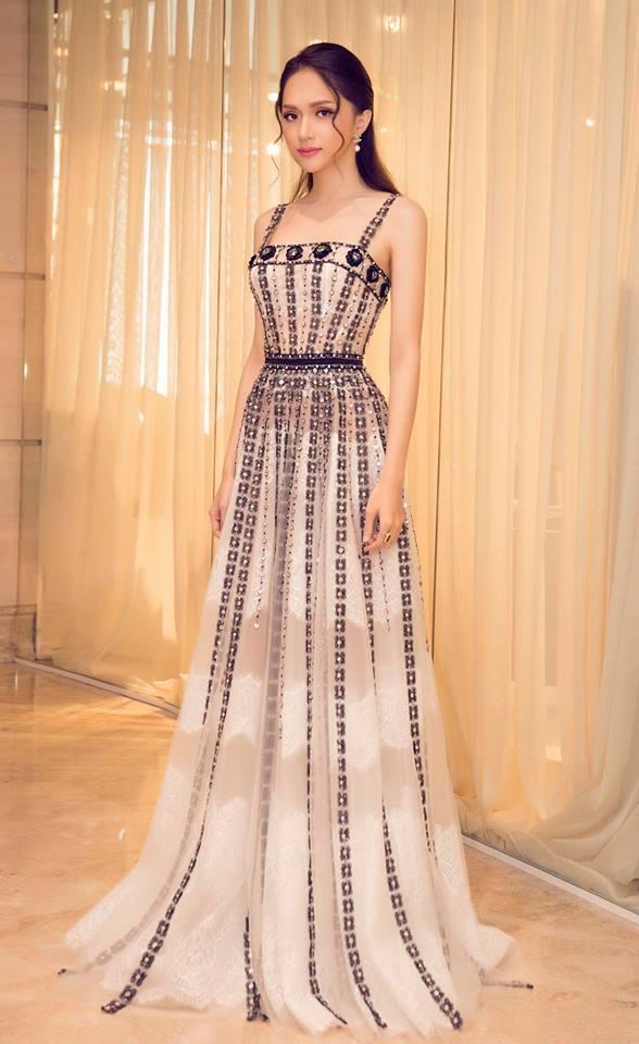 Hương Giang xinh hết phần thiên hạ với mẫu đầm đính kết kỳ công. Vì lẽ đó mà cựu Hoa hậu không ngần ngại ví mình như Angela Baby.