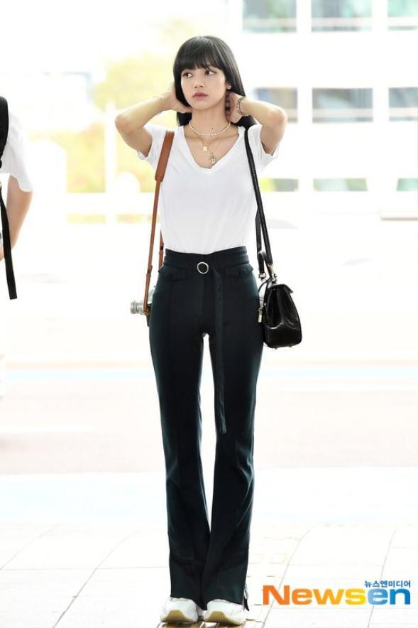Tại sân bay Lisa diện trang phục khá giản dị bao gồm áo thun trắng và quần đen dài với chiếc thắt lưng giúp cô khoe được vòng eo nhỏ thon và đôi chân dài của mình