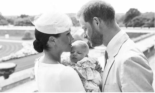 Hai vợ chồng Công tước xứ Sussex đã phải nhận chỉ trích khi che giấu thân phận cha mẹ đỡ đầu của bé Archie