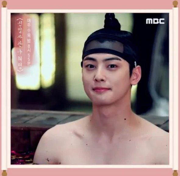 Cha Eunwoo (ASTRO) khoe vai trần quyến rũ khiến các fan phát cuồng bởi cơ lưng rắn chắc của mình ảnh 0