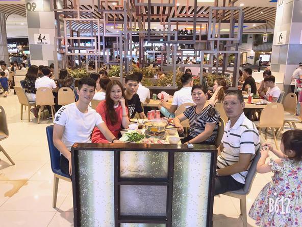Cả gia đình Trọng 'Ỉn' và Trang heo thường xuyên đi ăn cùng nhau.