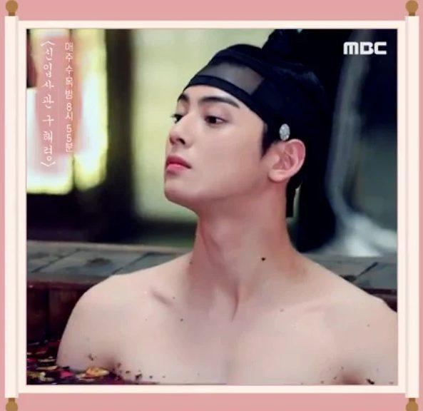 Cha Eunwoo (ASTRO) khoe vai trần quyến rũ khiến các fan phát cuồng bởi cơ lưng rắn chắc của mình ảnh 1