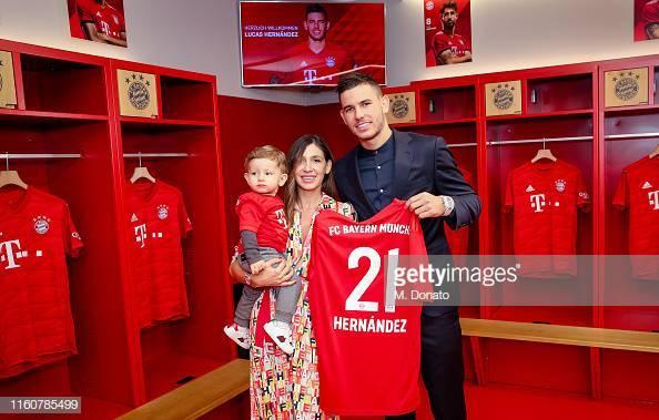 Hậu vệ mới chuyến sang Bayern Munich từ Ateltico với giá 80 triệu Euro, Lucas Hernandes đã xuất hiện cùng bạn gáiAmelia Lorente trong buổi ra mắt tại sân Allianz arena.