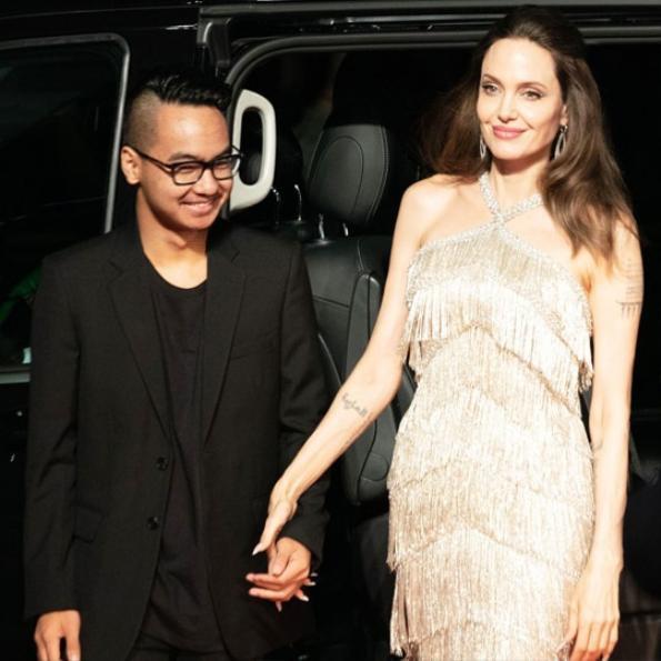 """Vào tối ngày 3/10, Jolie đã mang đến sự bất ngờ cho mọi người khi cùng xuất hiện với Maddox tại buổi chiếu phim """"Maleficent: Mistress Of Evil"""" được diễn ra ở Nhật Bản"""