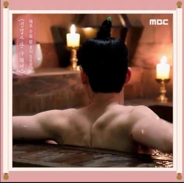 Cha Eunwoo (ASTRO) khoe vai trần quyến rũ khiến các fan phát cuồng bởi cơ lưng rắn chắc của mình ảnh 2