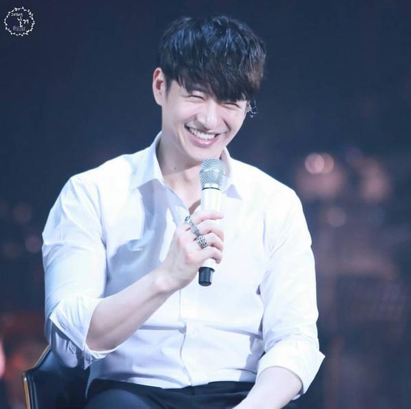 Chàng ca sĩ 38 tuổi người Mỹ gốc Hàn – Son Ho Young là mẫu đàn ông hoàn hảo, hình tượng thân thiện cũng như sở hữu gương mặt thanh tú cùng đôi mắt cười khiến chị em phụ nữ xao xuyến.