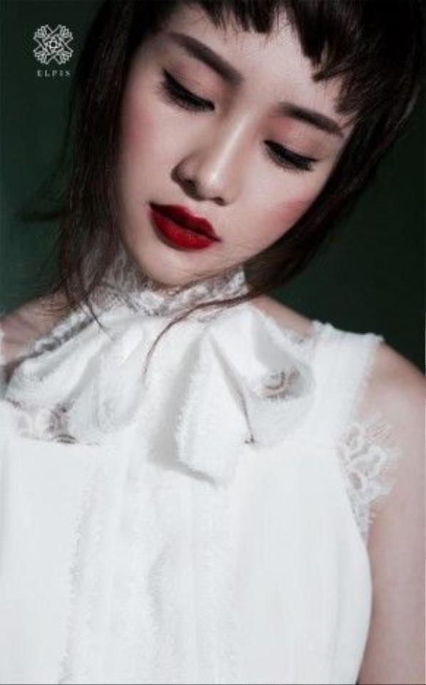 Với bộ ảnh lần này, dường như không còn ai nhận ra cô nàng với phong cách dịu dàng ngày nào. Trông Jun Vũ có phần chững chạc và ấn tượng hơn, ở gu make up này cô nàng được nhấn nhá nhiều nhất vào phần môi đỏ.
