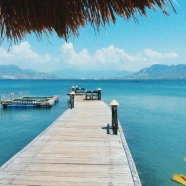 """Làn nước xanh trong vắt được mệnh danh là """"Maldives của Việt Nam"""". Từ đây, du khách có thể dễ dàng đi tham quan những địa điểm đẹp của thành phố: tháp bà Ponaga, Hòn Chồng, Chùa Long Sơn, Nhà Thờ Núi…"""