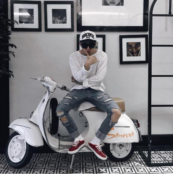 """Có thể hiểu điều khiến Sơn Tùng cảm thấy tự tin và đẹp trai nhất là khi diện """"combo"""": Áo thun + jeans rách + mũ lưỡi trai + mắt kính + sneaker, không sai đâu được."""