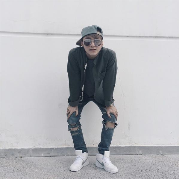 Phong cách thường thấy ở Sơn Tùng M-TP ngoài đời là kiểu phối bụi bặm kết hợp mắt kính, mũ lưỡi trai và sneaker.