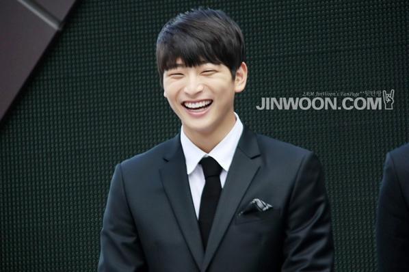 Nam thần sinh năm 1991 của nhóm nhạc Ballad hàng đầu Hàn Quốc từng được gọi là em song sinh của Son Ho Yong. Giọng ca của 2AM sở hữu ngoại hình, mắt cười cũng như nụ cười tựa như tiền bối của mình.
