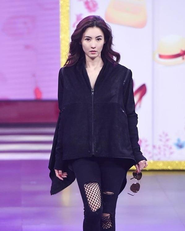 Ngầu và cá tính trong áo khoác đen mix cùng quần kaki lưới loang lổ trong một sự kiện thời trang