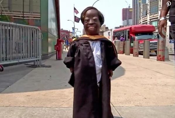 Harris hạnh phúc trong ngày nhận bằng tốt nghiệp danh dự. Ảnh:NBC4