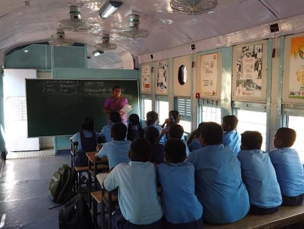 Bên trong lớp học được trang trí đẹp mắt.