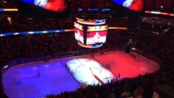 Trong một trận đấu khúc côn cầu diễn ra ở thủ đô Washington, Mỹ. Sân băng thi đấu cũng được nhuộm sáng 3 màu quốc kỳ của nước Pháp.