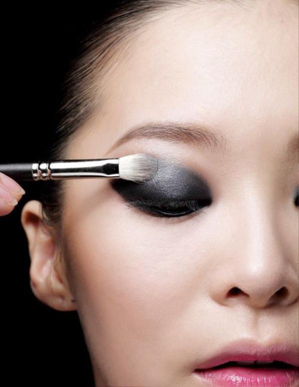 Vì sao người ta trang điểm mắt khói đẹp, còn bạn cứ như thiếu ngủ lâu ngày? ảnh 0