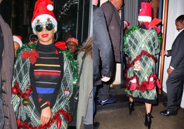 Chiếc áo khoác dài này được đính các dải kim tuyến, đồ trang trí đậm âm hưởng Noel với các gam màu chủ đạo là xanh, đỏ. Thậm chí, người đẹp còn kết hợp với 1 chiếc mũ Ông già Noel và cặp kính cây thông vô cùng nổi bật.