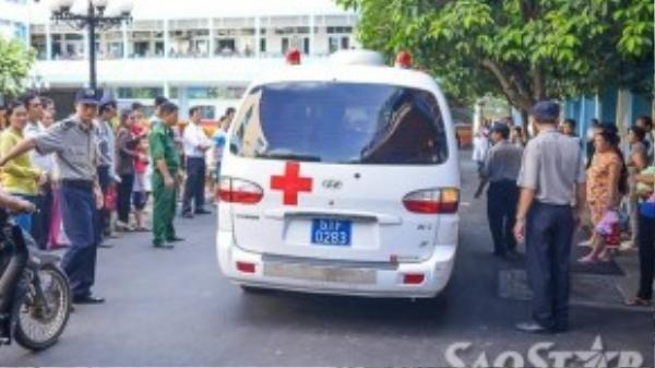Bệnh viện đã chuẩn bị sẳn một chiếc xe để đưa cháu bé về nhà.