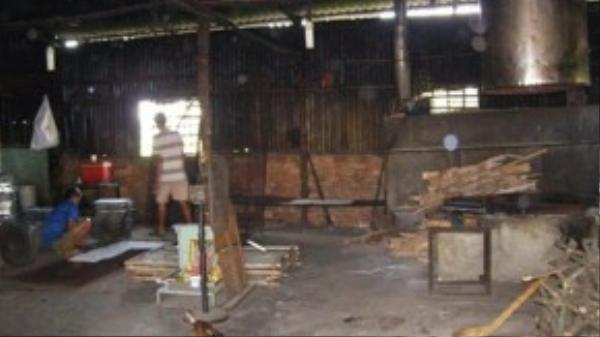 Khu vực sản xuất cơm cháy chà bông đầy bụi bặm, bồ hóng, gà chó vô tư qua lại. Ảnh: TRẦN NGỌC