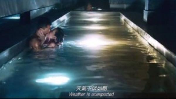 """""""Thị Hậu"""" TVB 2014 – Xa Thi Mạn đã vui vẻ chia sẻ rằng cô giống như đang phải liều mình đóng cảnh nóng dưới nước với tài tử Cổ Thiên Lạc."""