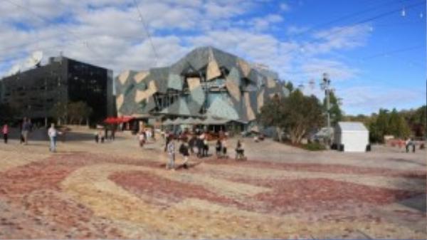 Federation Square được xem làmột phần không thể thiếu của Melbourne và là địa điểm lý tưởng để bắt đầu khám phá thành phố. Đâylà một tổ hợp văn hoá rộng tới 3,2 héc-ta bao gồm: bảo tàng, phòng trưng bày, shop và quán bar.Với lối kiến trúc lạ mắt, từ đây bạn có thể ngắm toàn cảnh Melbourne.