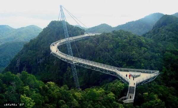 Bạn có đủ can đảm đi qua 9 cây cầu ngoằn ngoèo ngoạn mục này? ảnh 1