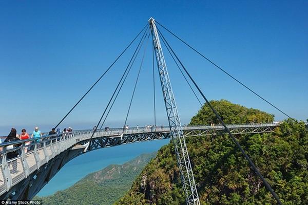 Bạn có đủ can đảm đi qua 9 cây cầu ngoằn ngoèo ngoạn mục này? ảnh 2