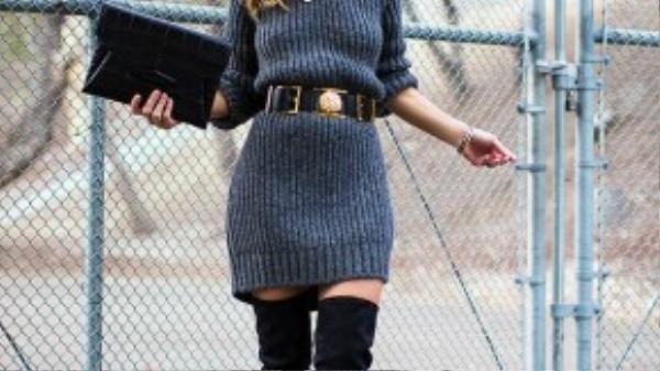 Váy len dày kết hợp cùng boots da lộn là một gợi ý hay ho mà các cô gáicó thể cân nhắc.