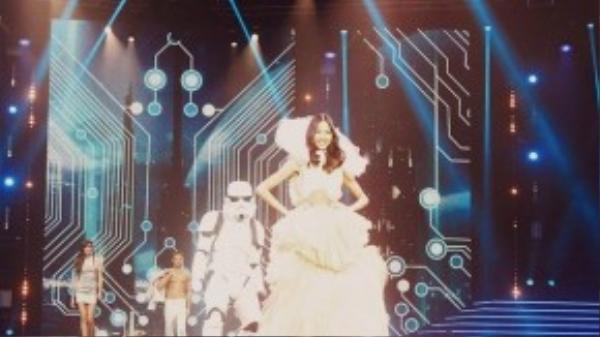 Hoàng Thùy chính là một thiên thần tại The Clothes show.