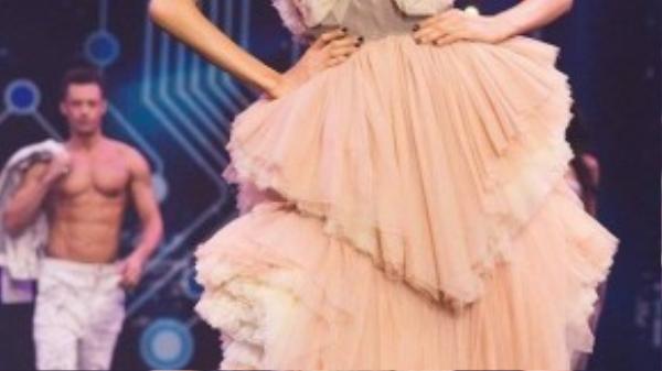 Cận cảnh bộ đồ sắc màu pastel cô mặc với vai trò mở màn.