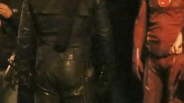 Stephen Amell trong trang phục Green Arrow (màu xanh)