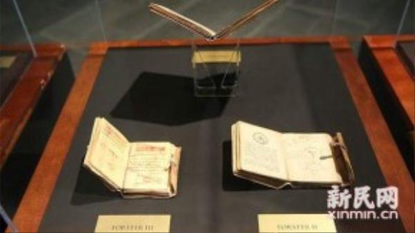 Các hiện vật của danh họa Da Vinci được trưng bày tại buổi triển lãm tại Thượng Hải, Trung Quốc.