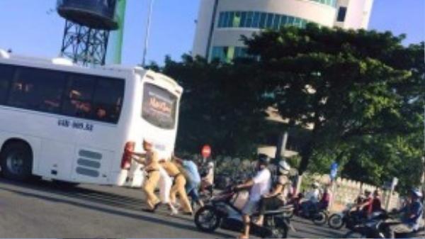 Lực lượng CSGT TP Đà Nẵng đang đẩy chiếc xe khách dưới trời nắng gay gắt. Một hình ảnh đẹp khác của những đồng chí này mà cư dân mạng truyền tay nhau. (Nguồn otofun)