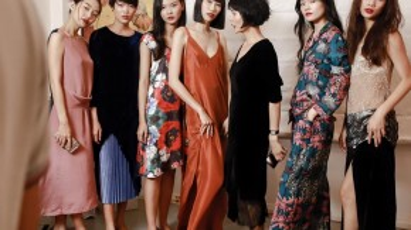Lam's Ladies cũng đi theo dòng chảy xưa cũ, gợi cảm và đầy tính nữ. Tuy nhiên, những trang phục bằng nhung, lụa… khá kén người mặc vì ngoài thần thái, người mặc nó phải có dáng thanh mảnh, ưa nhìn.